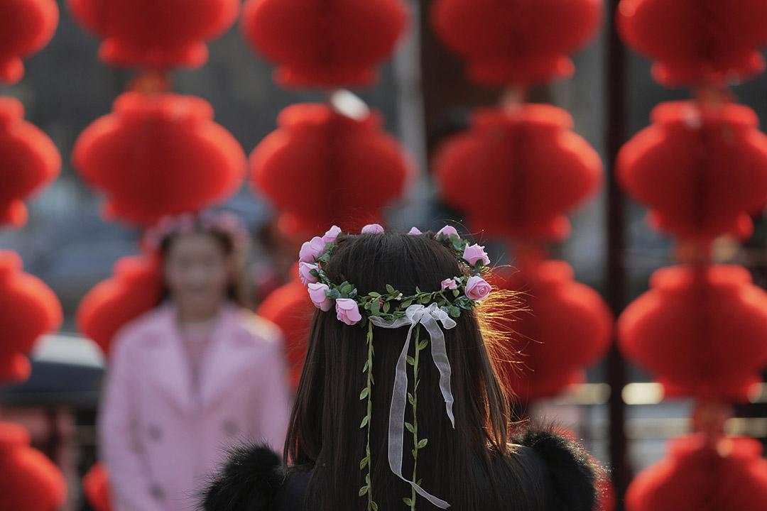 2016年2月9日,北京,一名女士在農曆新年期間再龍潭公園為女友人拍照。攝:Damir Sagolj/REUTERS