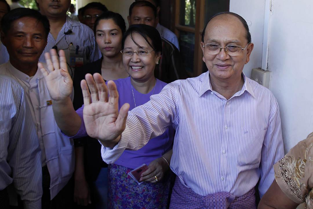 2015年11月8日,緬甸,緬甸總統登盛在投票後在票站向支持者揮手。攝:Aung Shine Oo/AP