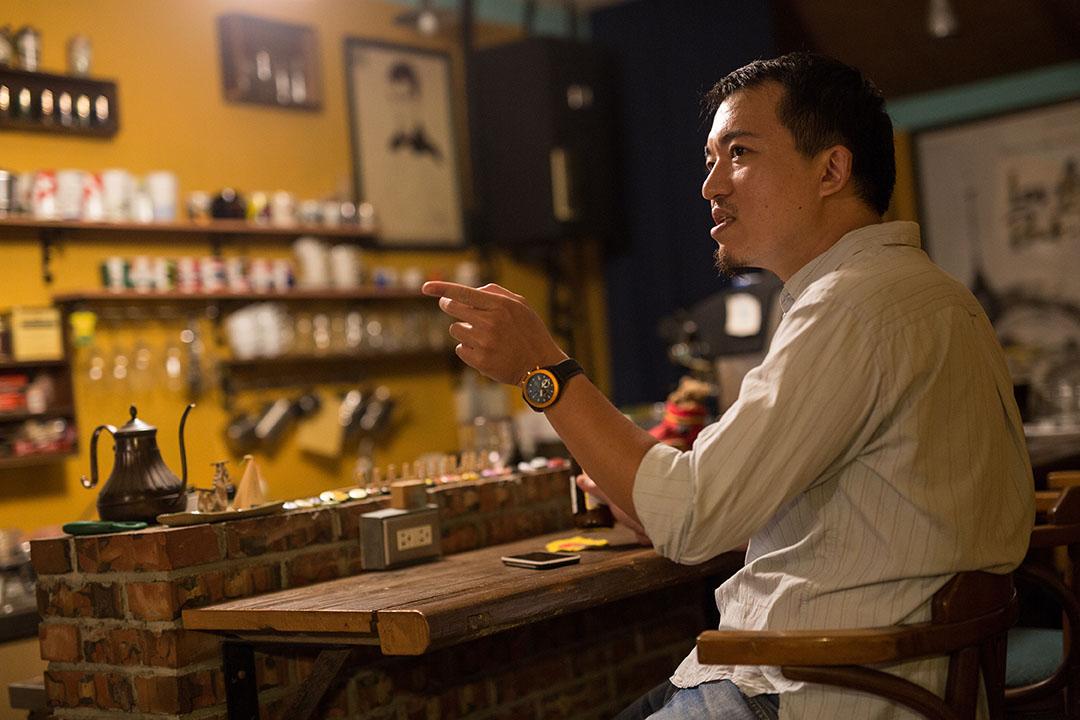 店裏在夜間辦講座,結束後意猶未盡,常有人留下來跟阿勇繼續聊。攝:張國耀/端傳媒