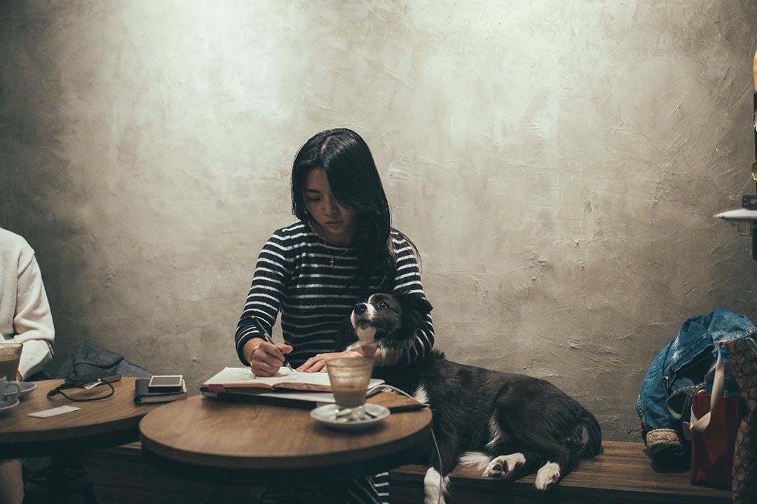 靈感一到, Nic 就拿出筆記簿出來畫畫畫。攝:王嘉豪/端傳媒