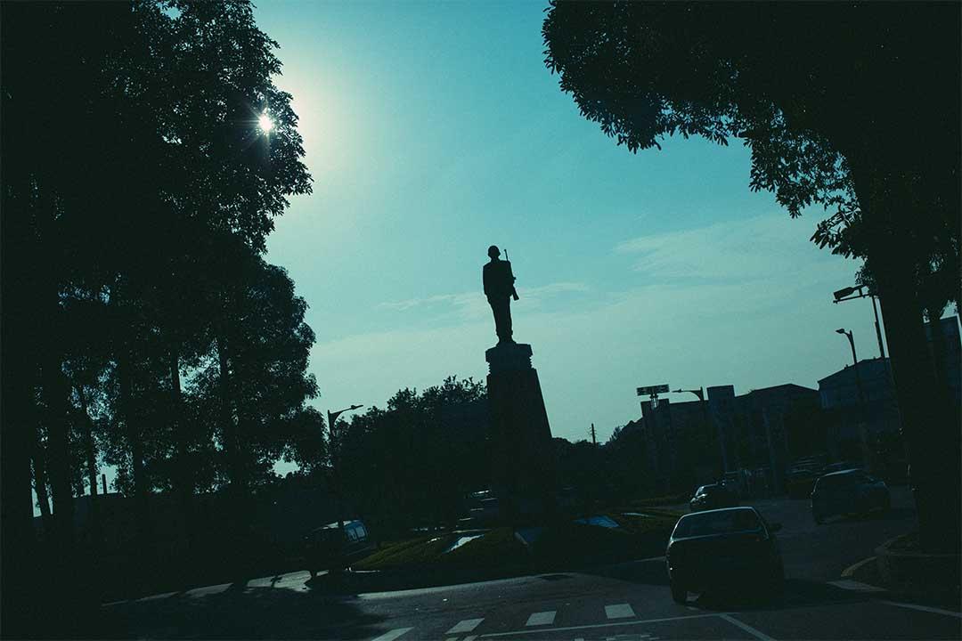 金城鎮圓環上的銅像。 攝:王嘉豪/端傳媒