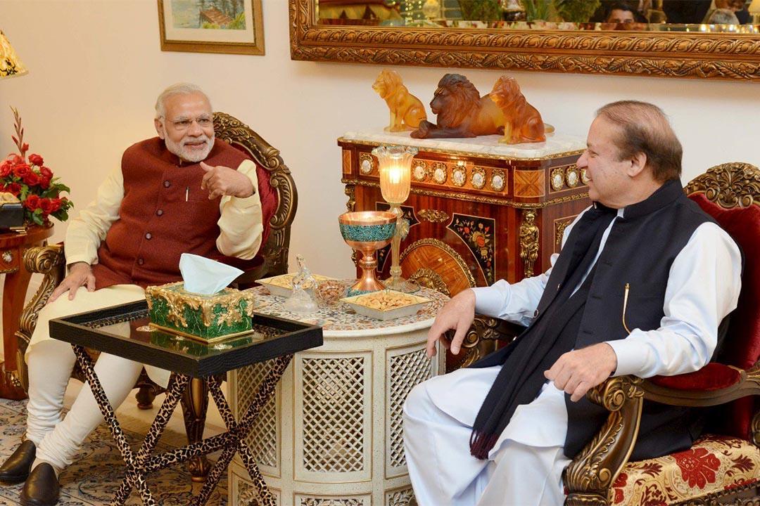 2015年12月25日,印度總理莫迪訪問巴基斯坦,與巴國總理謝里夫短暫會面。這是11年來首次有印度總理到訪巴國,被視為印巴關係回暖的里程碑。攝:Press Information Department (PID)/Handout via Reuters