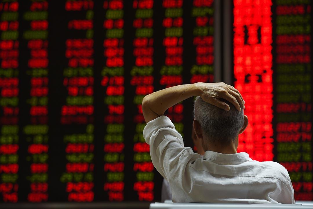中國股市連續三個交易日下跌,跌幅共計11%。圖為投資者在北京的一間證券公司觀看股市的走勢。攝: Greg Baker/AFP