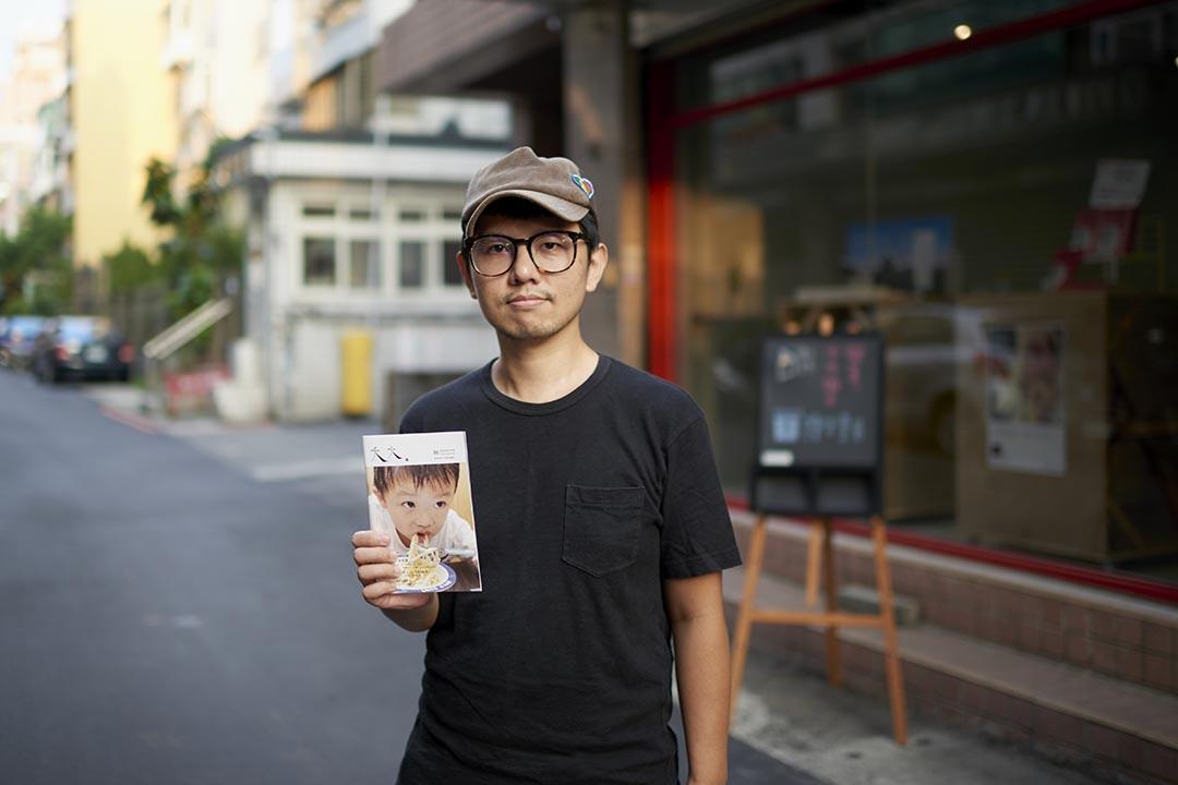 陳夏民與他的夭夭雜誌於即將開幕的讀字書店前。攝 : 趙豫中 /端傳媒