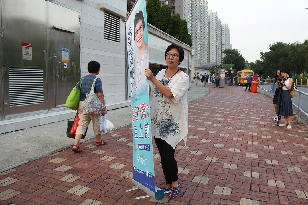 住在翠湖花園的平凡師奶翁愛明首次參選區議員。攝:王偉洪/端傳媒