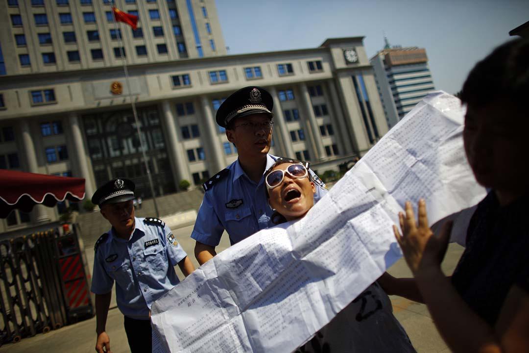 山東省濟南有示威者到法院門外請願。攝:Carlos Barria /REUTERS