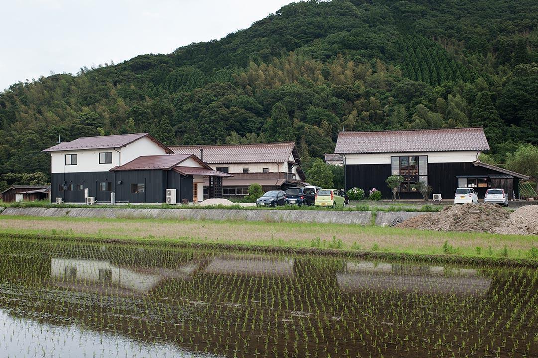 從陶土到釉藥,出西窯都親自煉製,材料也是來自這片與他們如此親近的土地。(攝:Kentaro Takahashi)