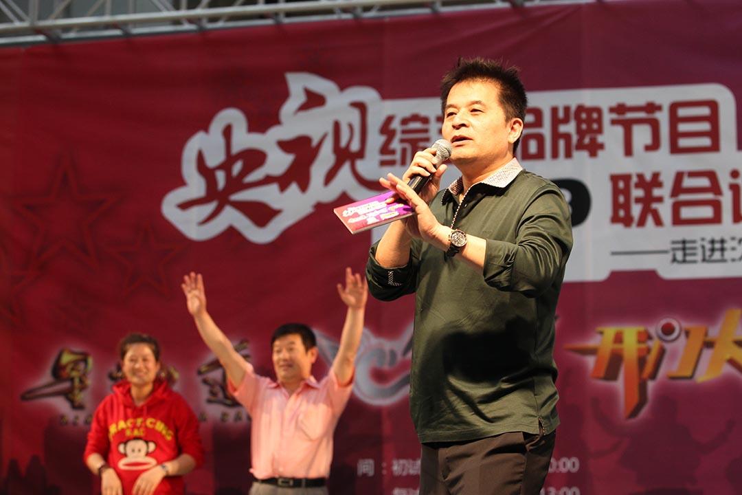 今年4月6日,畢福劍在酒桌上即興表演的一段1分鐘視頻被傳到網上,引發熱議。圖為中央電視台主持畢福劍主持一個電視節目。攝:Wang zhide/Imaginechina