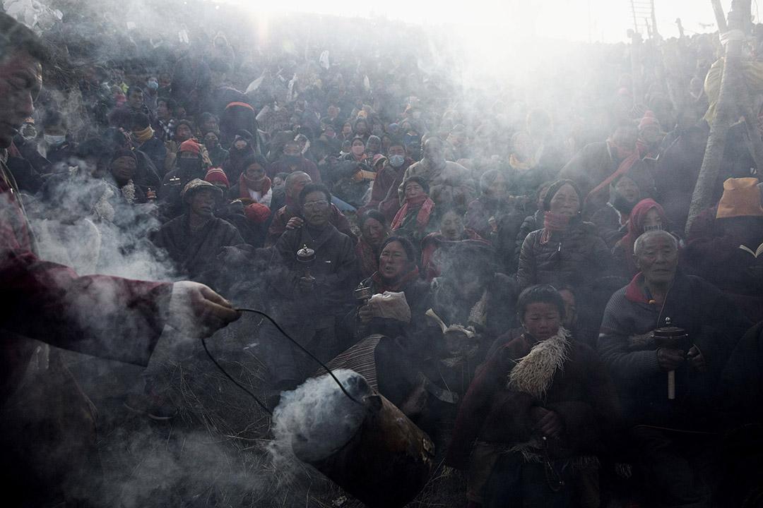 喇嘛、出家人以及研究佛學的學生,在佛學院內接受杜松煙祝福。攝:Kevin Frayer/Getty Images