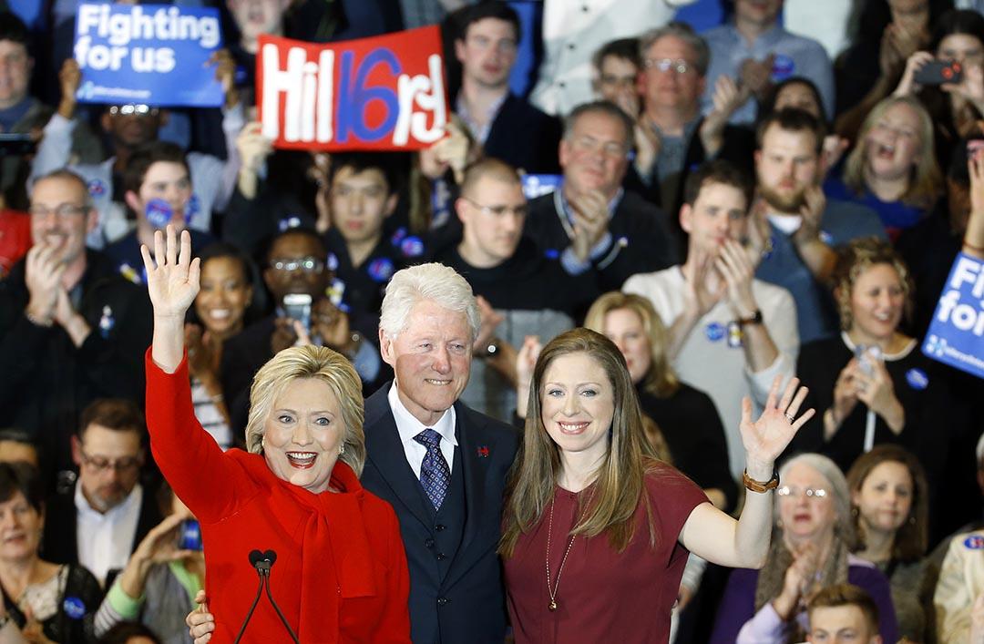 民主黨總統候選人希拉里·克林頓,從左至右,前總統比爾·克林頓和女兒切爾西與支持者揮手。攝 : Patrick Semansky/AP