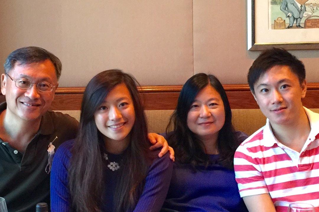 香港瑪麗醫院兒童及青少年精神科主管陳國齡醫生(右二)。作為兩個年輕人的媽媽,她完全感受到當一個在職家長的壓力;作為一個資深精神科醫生,也更明白現代父母抓狂的因由。 相片由陳國齡提供。