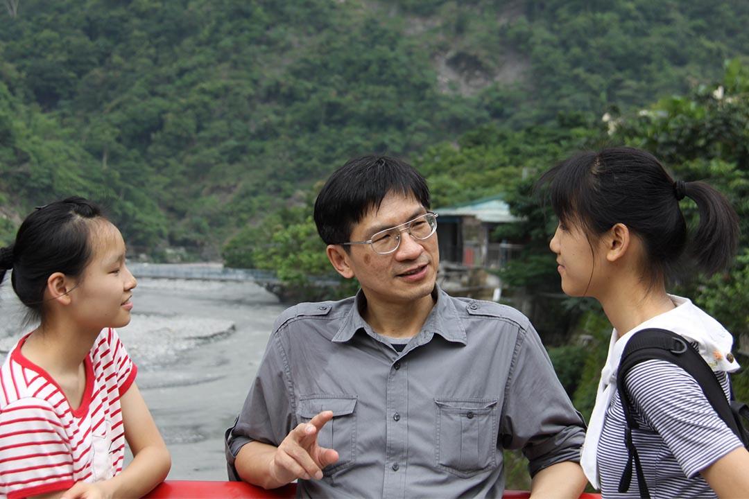 李偉文與兩個亭亭玉立的女兒,談時下青年的「白目」,這或許是中港台年輕人的普遍現象。李偉文提供圖片