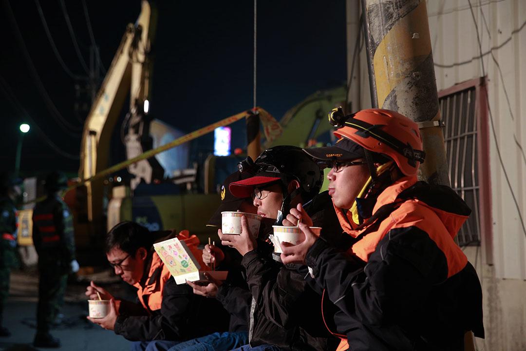 2016年2月7日,台南,消防員在路邊休息,吃着簡單的年夜飯。攝:徐翌全/端傳媒