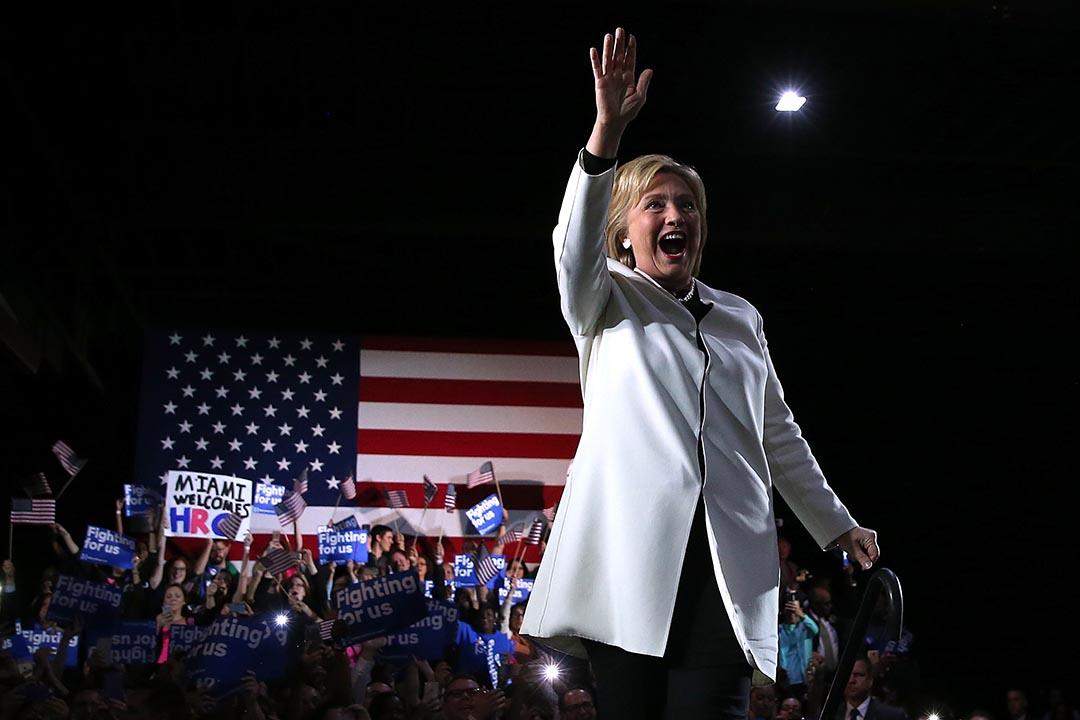 民主黨總統参選人希拉莉向支持者揮手。攝 : Justin Sullivan/GETTY