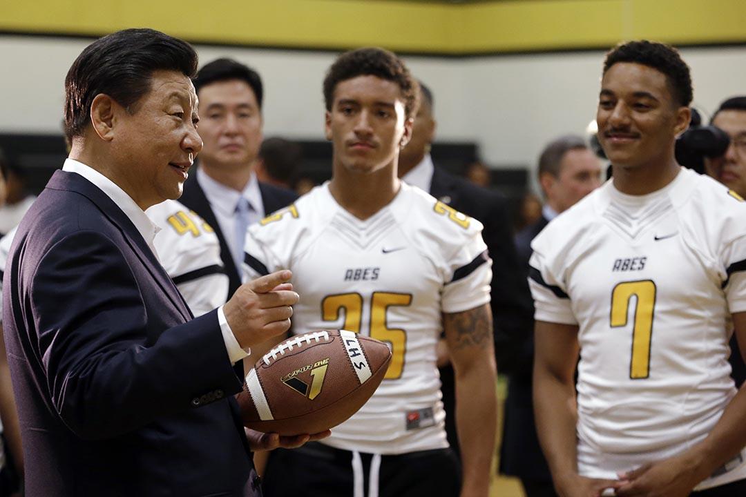 習近平在西雅圖塔科馬林肯中學探望欖球隊。攝: Elaine Thompson/ AP Photo