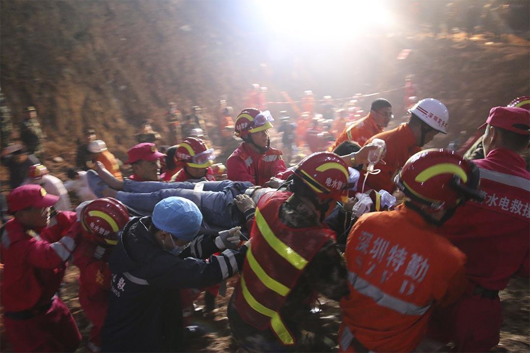 深圳山泥傾瀉被定性生產安全事故,深圳市書記及市長鞠躬致歉。圖為救援人員在現場救出被困人士。攝:China Daily/REUTERS