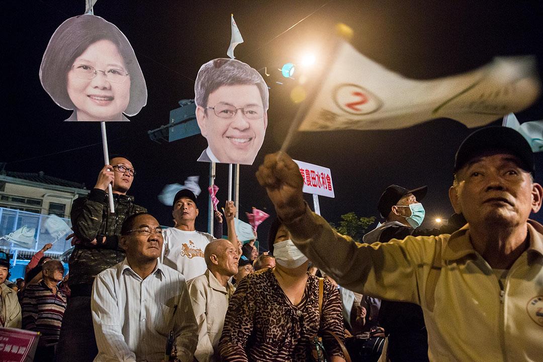 蔡英文晚上在屏東出席造勢晚會,支持者帶同小英和副總統候選人陳建仁的紙牌到場打氣。攝:Billy H.C. Kwok/端傳媒