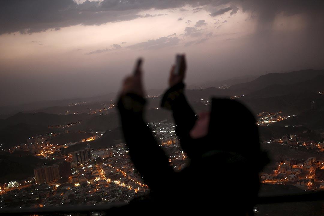 一位穆斯林在探訪麥加希拉山洞後舉起雙手祈禱。攝 : Ahmad Masood/REUTERS
