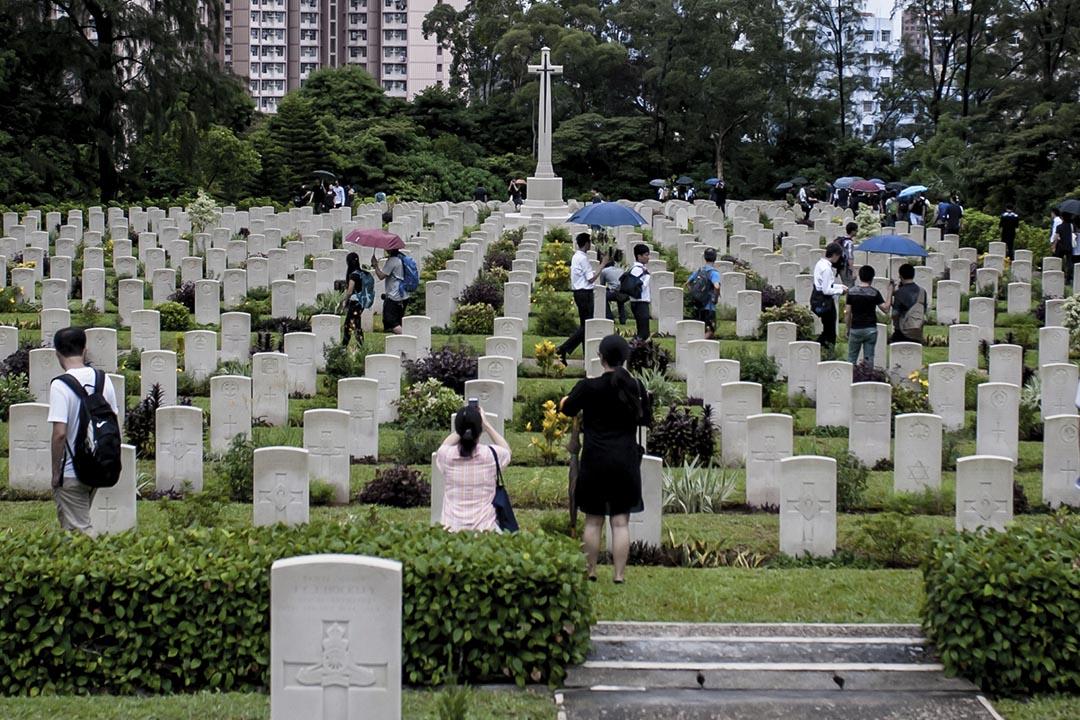 2015年8月30日,組織「時代思進」在西灣國殤紀念墳場發起「香港重光紀念日」悼念活動。攝:Keith Tsuji/端傳媒