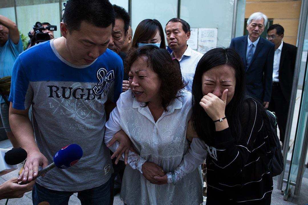 疑被毆致死的來港陸客,有8名親屬在香港葵涌殮房認屍。攝 : 盧翊銘/端傳媒
