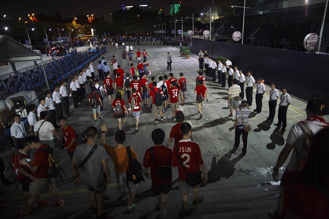 香港球迷離開球場。攝 : 葉家豪/端傳媒