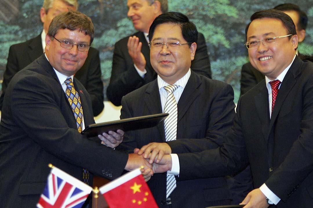 中國南航董事長司獻民落馬。圖為2005年9月6日,司獻民(中)出席中國南方航空、中國航空器材進出口集團與 Airbus UK 的簽約儀式。攝:Claro Cortes/Pool/Getty