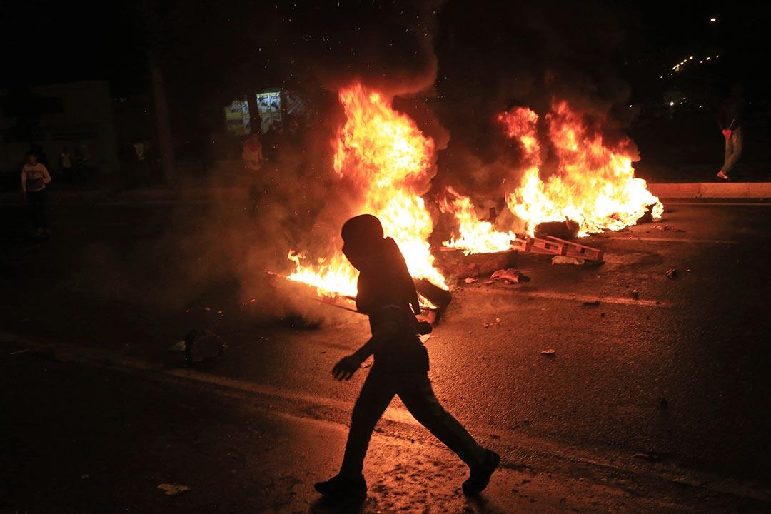 親庫爾德人民民主黨(HDP)支持者放火焚燒垃圾不滿選舉結果。攝 : Lefteris Pitarakis/AP