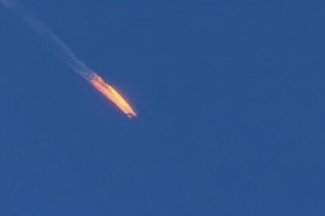 2015年11月24日,土耳其國家電視台截圖畫面顯示, 俄羅斯戰機被擊落候着火墜落土耳其境內。攝:Haberturk TV via AP
