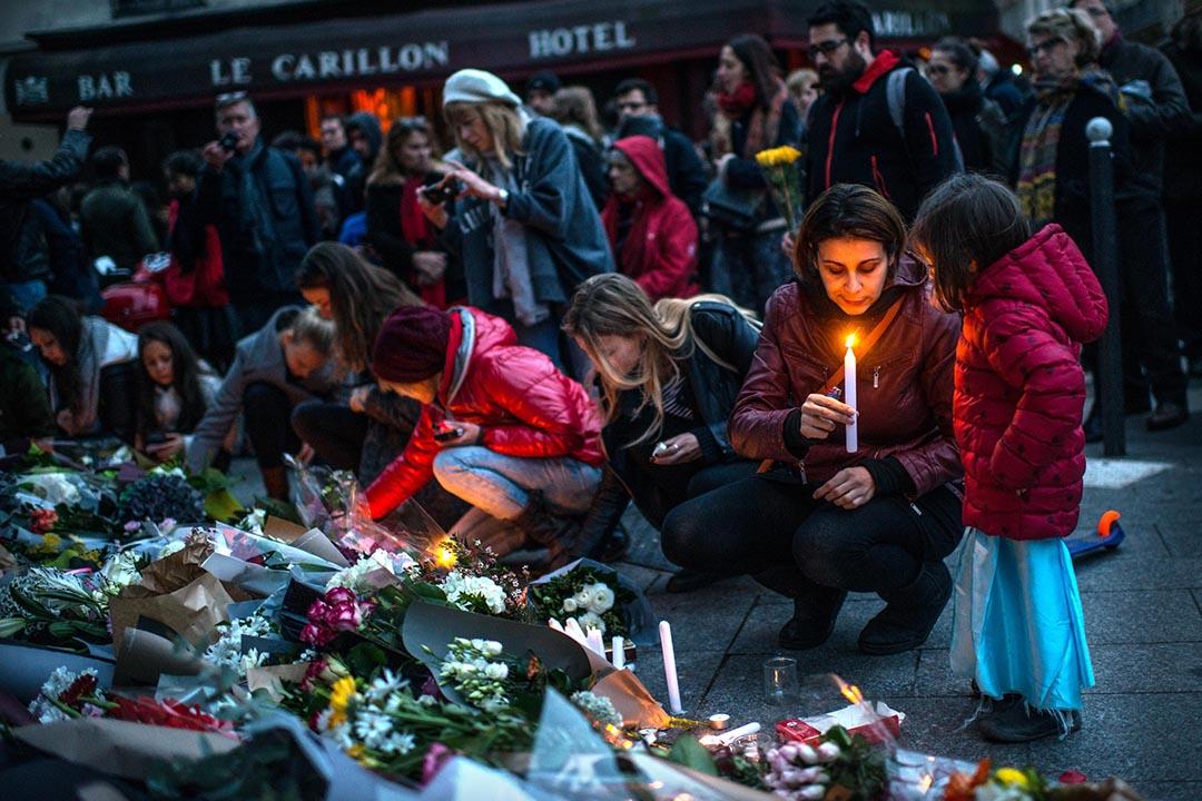 巴黎,市民到發生槍擊案的咖啡店前悼念遇難者。攝:David Ramos/GETTY