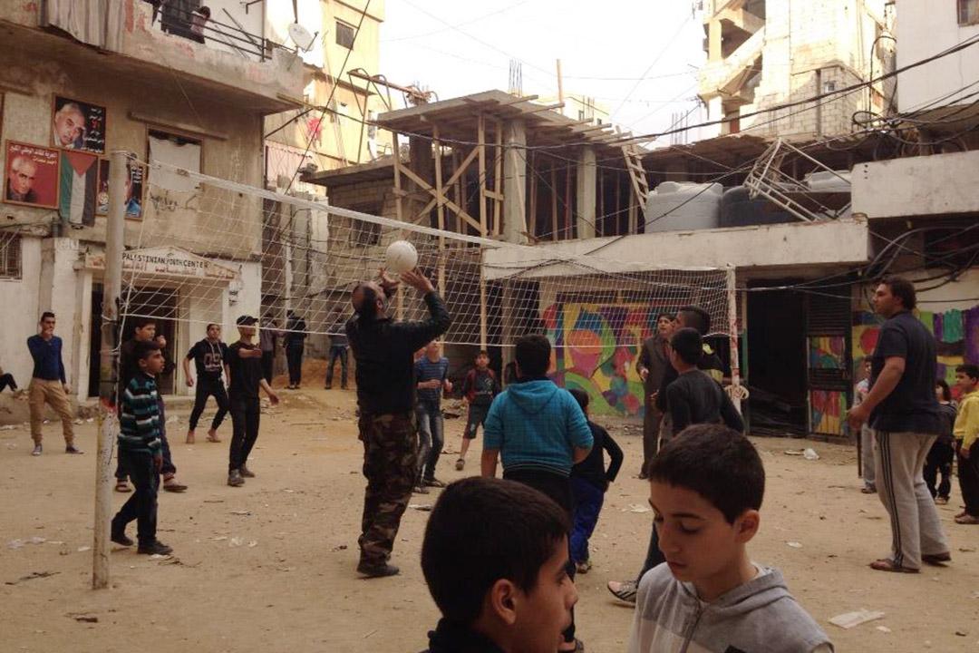 Shatila營區內的小廣場,一旁有非營利的兒童中心和巴勒斯坦政黨法塔的辦公室, 這個小廣場常被用來辦營區活動、聚集抗議等。照片由作者提供