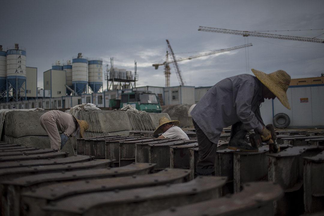 2015年6月23日,工人在港珠澳大橋人工島上工作。攝: Billy H.C. Kwok/ 端傳媒