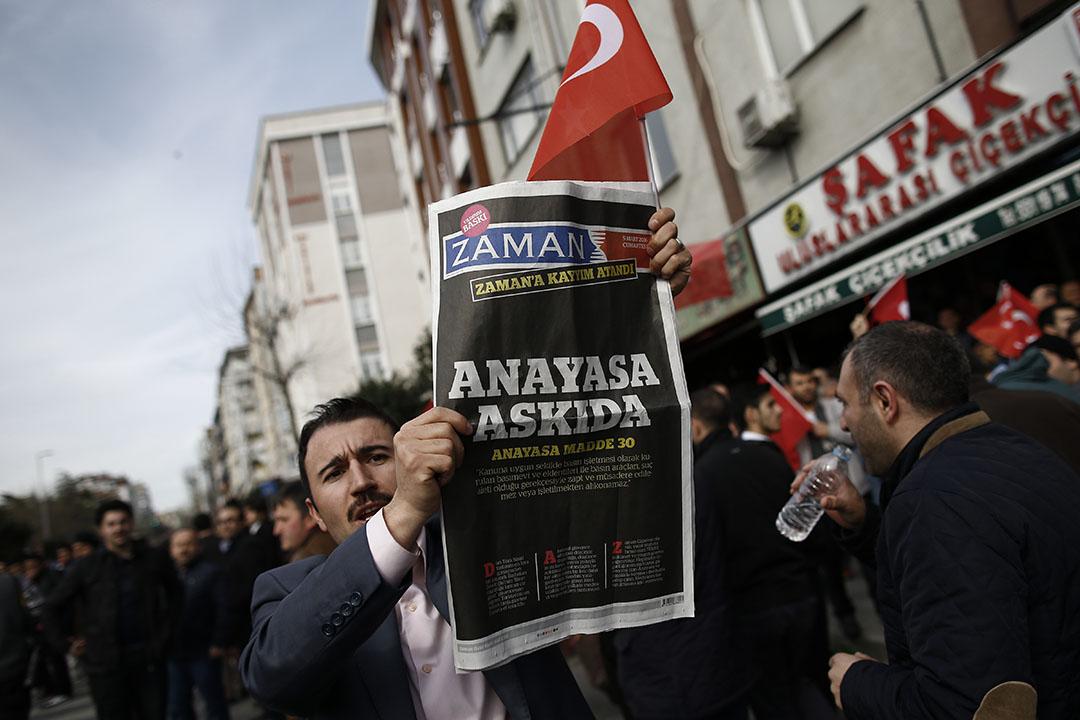 2016年3月6日,土耳其伊斯坦堡,一名男子手持一份在周六出版的《Zaman》報紙,該報紙以字句「被凌駕的憲法」作頭條。攝:Emrah Gurel/AP