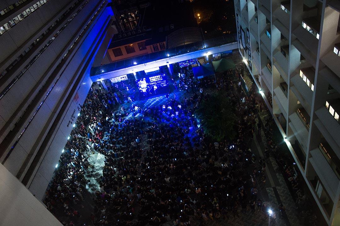 2015年10月9日,香港大學學生會與多個團體以「堅守院校自主,不容黑手介入」為主題,在港大舉行集會。會方稱有約4000人參與晚會。 攝:盧翊銘/端傳媒