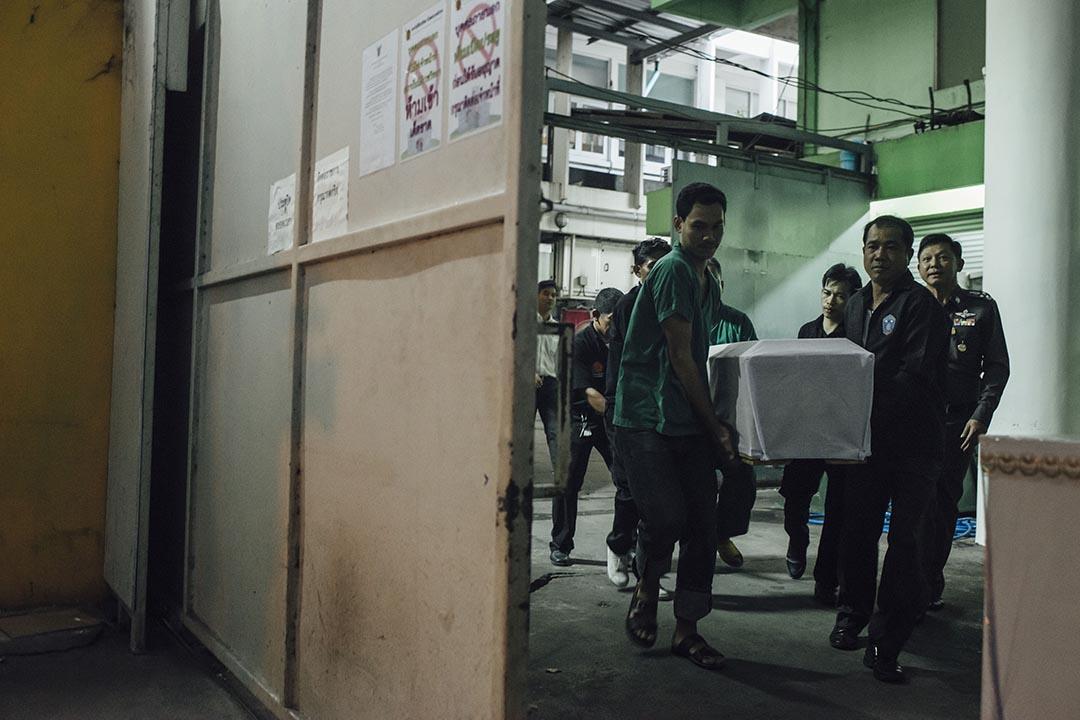 泰國曼谷Institute of Forensic Medicine的仵工把港人死者遺體移走。攝:Anthony Kwan/端傳媒