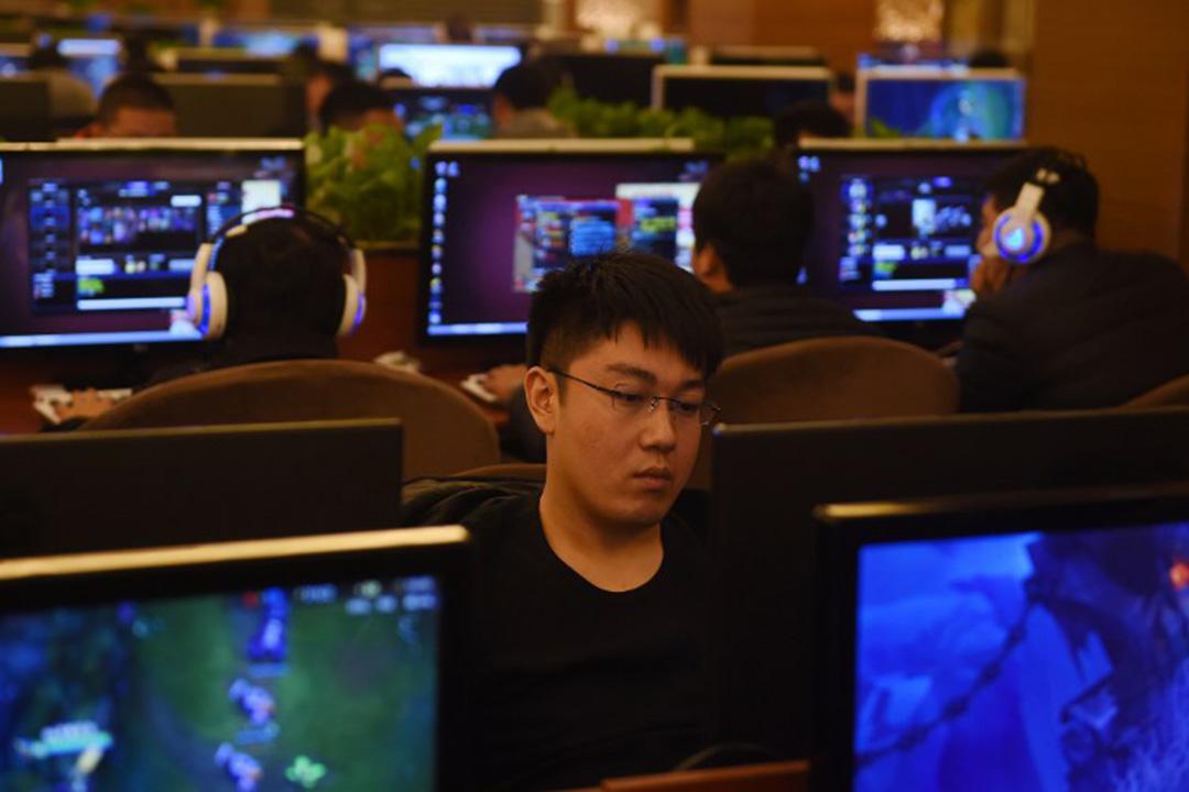 圖為一名男子在中國北京的網吧用電腦。攝:GREG BAKER / AFP