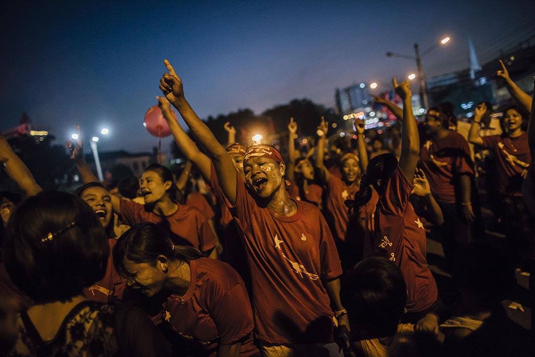 女導演Kyi Phyu Shin成立了一個助選團隊,民盟支持者在仰光中央火車站外跟著助選團的音樂起舞。
