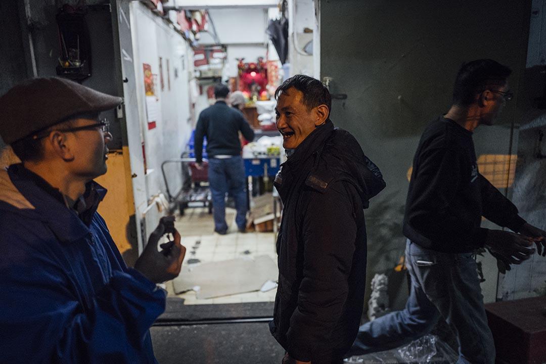 阿寶在打工的凍肉工廠跟同事聊天。攝 : Anthony Kwan/端傳媒