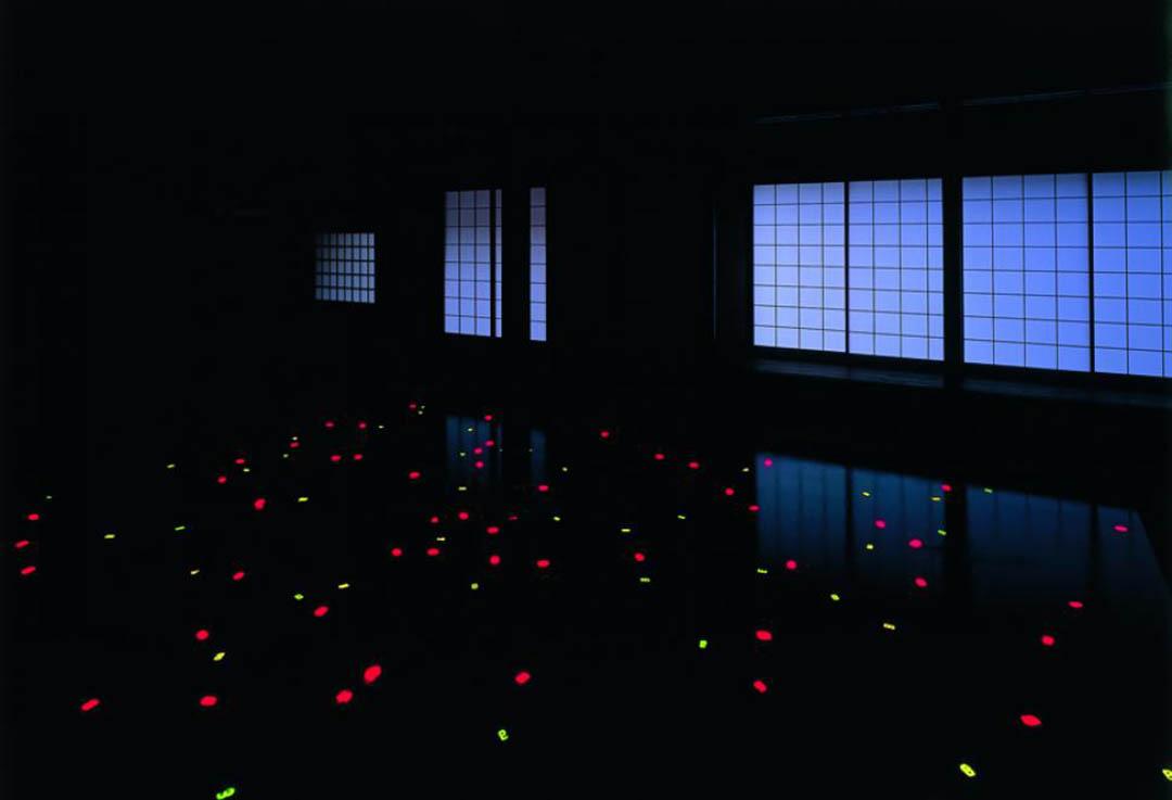 宮島達男(Tatsuo Miyajima)的作品 Sea of Time 98。圖片來自瀨戶內國際藝術祭