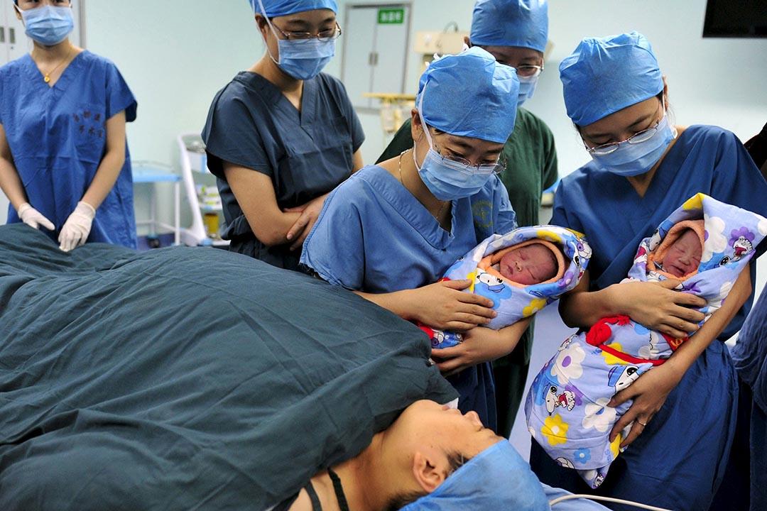 中國全國人大審議《人口與計劃生育法修正案(草案)》,擬於2016年1月1日起施行,「提倡」生育兩個孩子,但超過兩個或將被罰。攝:Stringer/REUTERS