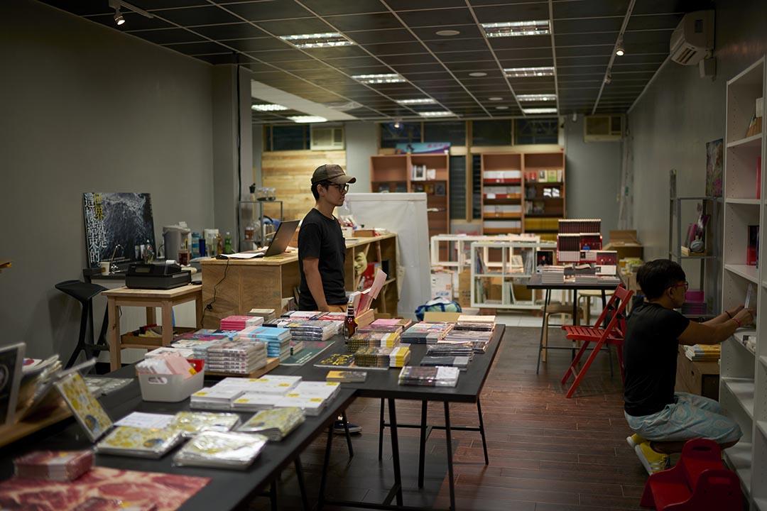 陳夏民與其工作夥伴正在為即將開幕的讀字書店做準備。攝 : 趙豫中 /端傳媒
