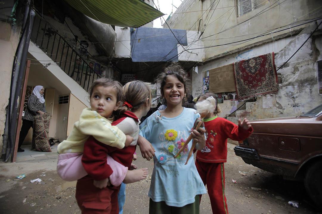 2010年3月3日,黎巴嫩貝魯特,住在Shatila難民營的女孩與朋友玩耍。攝:Jamal Saidi/REUTERS