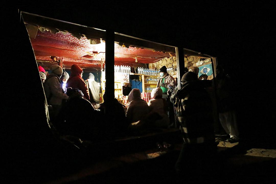 2015年12月9日,西奈山,遊客和朝聖者在攻頂前在休息站取暖和歇息。攝:Amr Abdallah Dalsh/REUTERS