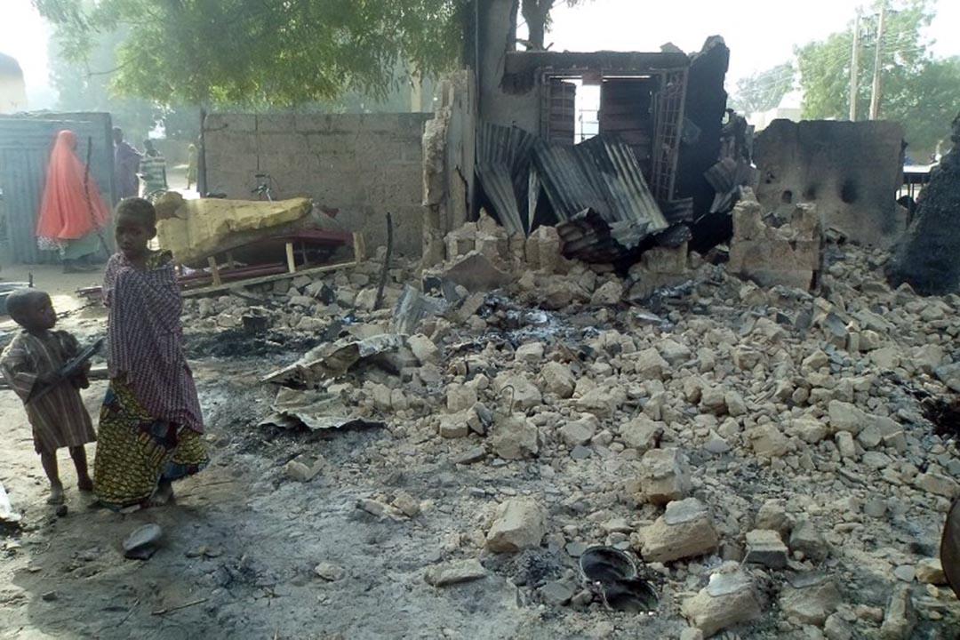 尼日利亞東北部城市邁杜古利(Maiduguri)近郊一條村落於1月30日遭遇極端組織「博科聖地」(Boko Haram)襲擊,造成至少86人死亡。圖為兩名儿童站在被襲後的房屋廢墟上。攝: STRINGER/AFP