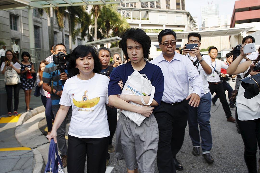 曾志豪:余澎杉(圖中)終於獲釋,他離開法院的樣子,惶恐害怕畏縮。 攝:EDGAR SU/REUTERS