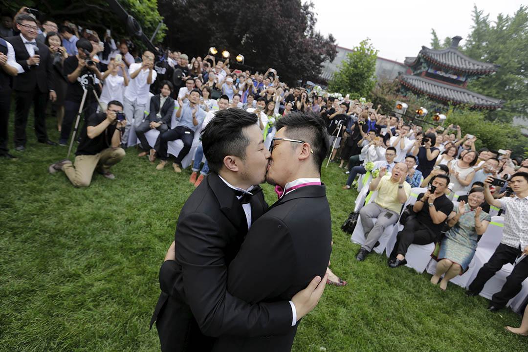 2015年6月27日,中國北京,一對同志情侶舉行婚禮,約200人前來觀禮。這對情侶因遭大陸公安多番阻撓舉行婚禮,先後十次改變婚禮場地。攝:Jason Lee/REUTERS