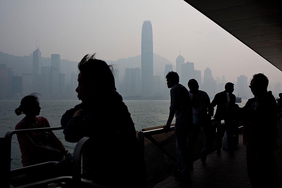 遊客與市民在尖沙咀海濱觀看維港景色。攝 : Lam Yik Fei/GETTY