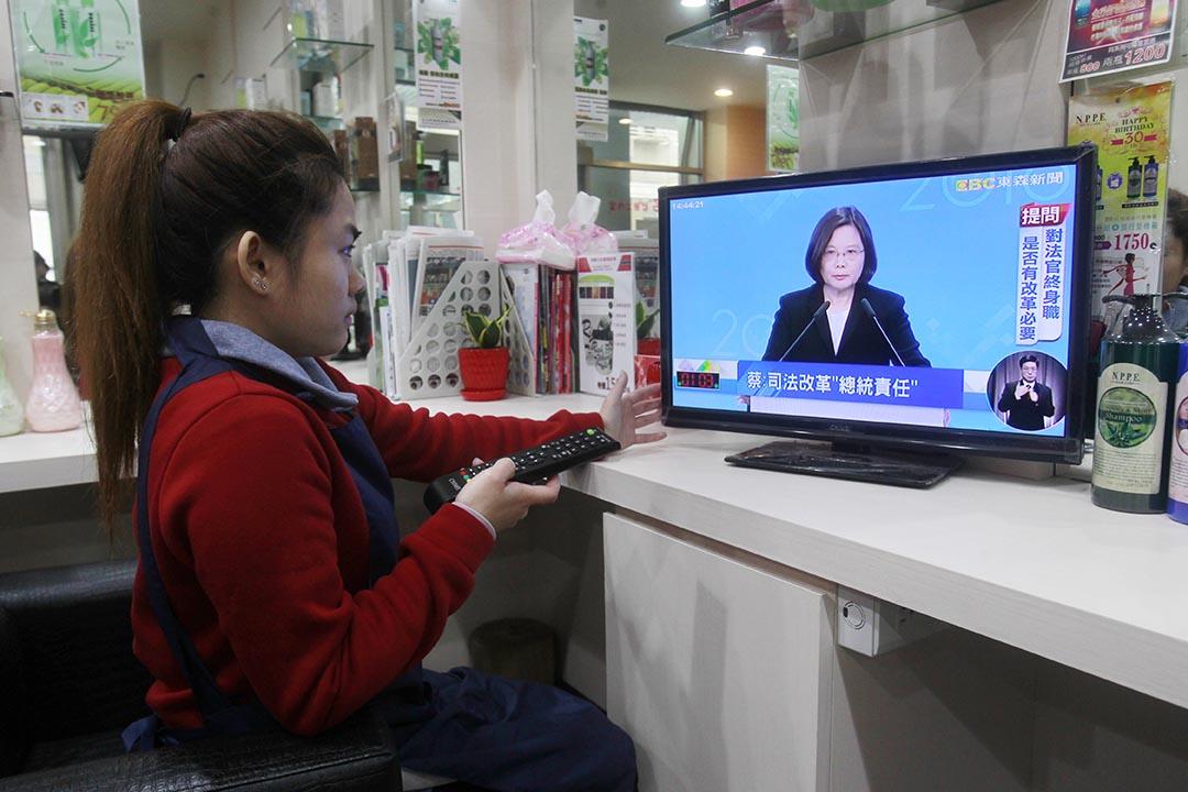 2016年1月2日,台北,選民觀看第二次總統候選人電視辯論直播。攝:Chiang Ying-ying/AP