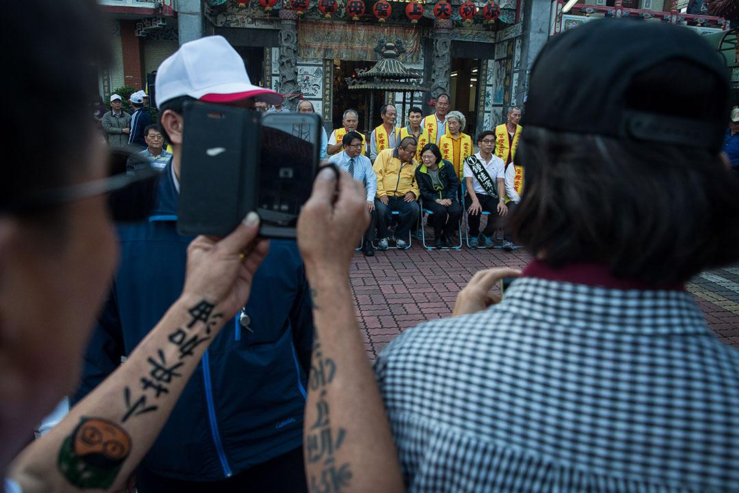 蔡英文參訪屏東公館新興天后宮時與支持者合照。攝:Billy H.C. Kwok/端傳媒