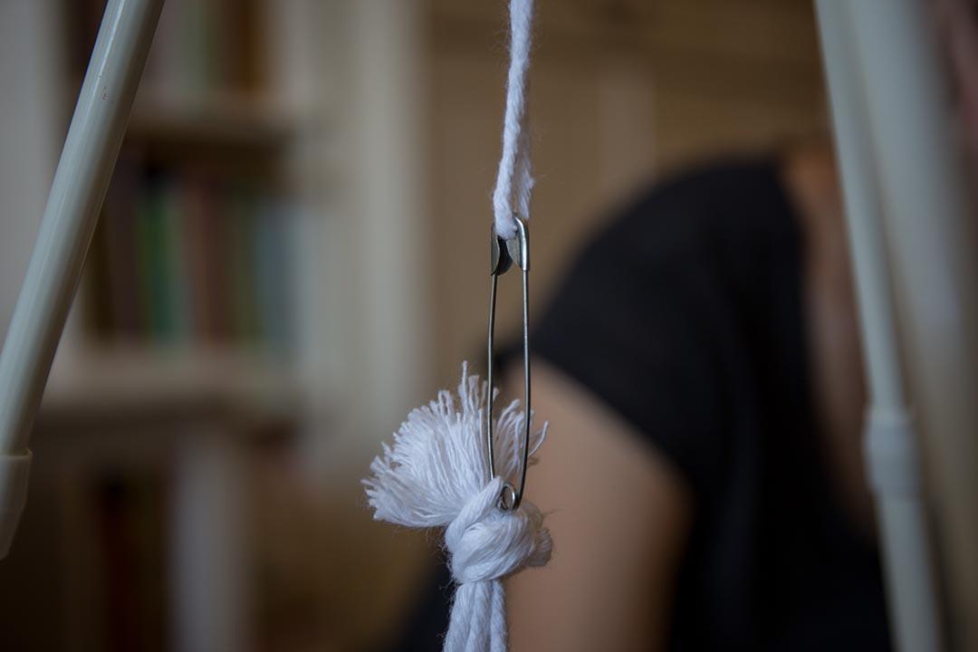 5. 利用扣針和棉繩,把膠樽固定在三腳架上。膠樽離地約30cm。