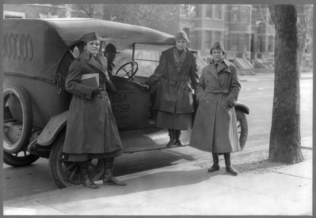 1919年,美國,三名隸屬女性通訊集團的女職員在一輛軍用車旁留影。攝:Library of Congress/Handout via Reuters
